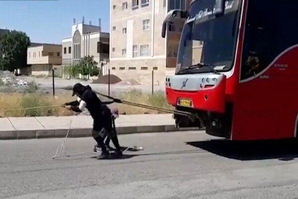 کشیدن اتوبوس ۱۸ تنی توسط بانوی ورزشکار سیرجانی