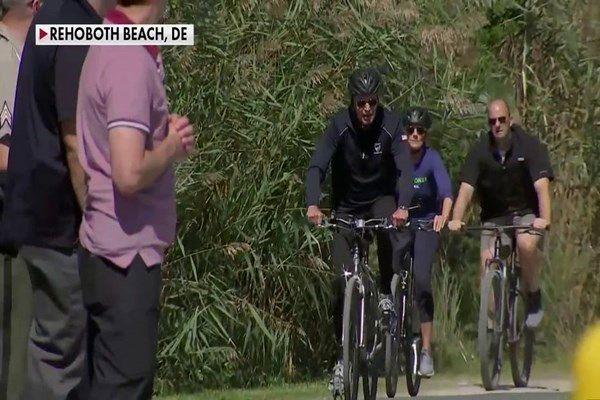 فاکس نیوز: دوچرخه سواری بایدن در ساحل دریا در بحبوحه بحرانهای ملی آمریکا + فیلم