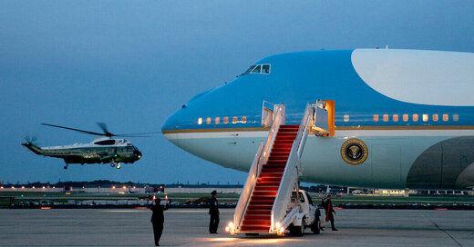 حمله جیرجیرکها به هواپیمای کاخ سفید!+ تصاویر