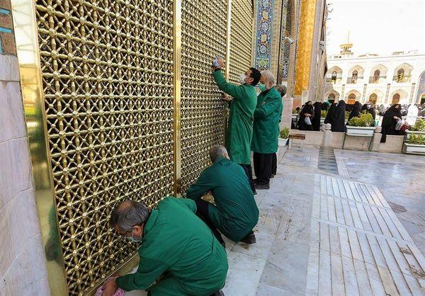 تصاویری از شستشوی پنجره فولاد حرم امام رضا(ع)