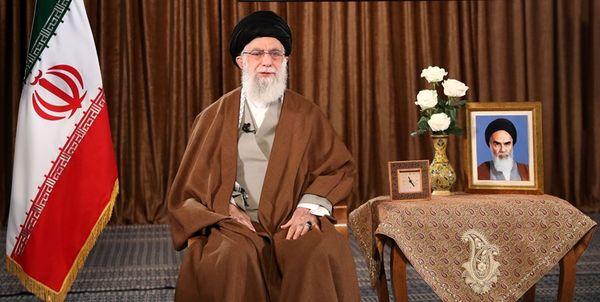 کدام بخش از وصیتنامه امام خمینی بر روی تریبون سخنرانی رهبر انقلاب درج شده بود؟