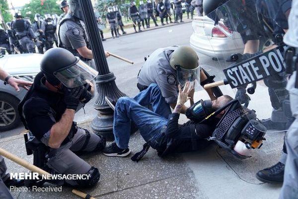 ضرب و شتم معترضان مردمی با باتوم توسط پلیس آمریکا