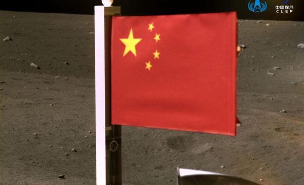 پرچم چین روی کره ماه به زمین زده شد