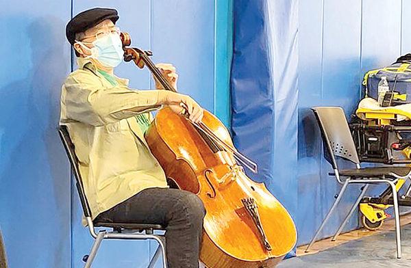 کنسرت نوازنده معروف در مرکز واکسیناسیون
