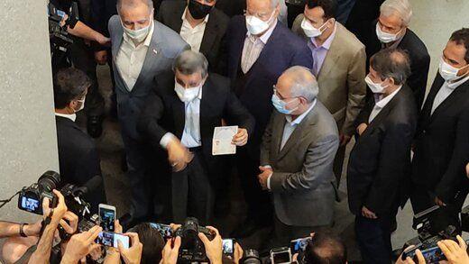 عکس همراه با شناسنامه احمدی نژاد بعد از ثبتنام