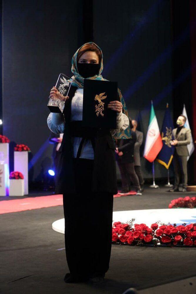 سیمرغ بلورین در دستان گلاره عباسی/ عکس