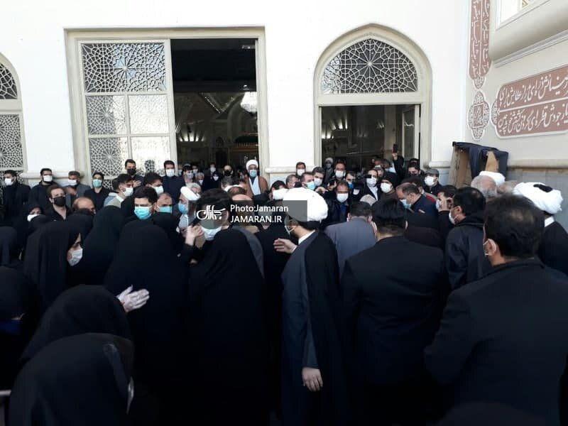 عکسی از اقامه نماز سیدحسن خمینی بر پیکر آیت الله جلالی خمینی