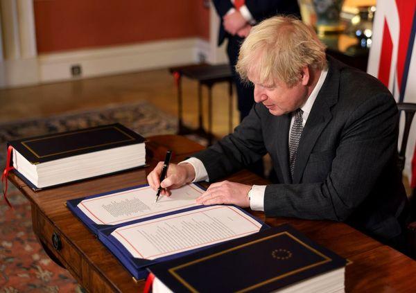 امضای جانسون پای توافق تجاری پسابرگزیت