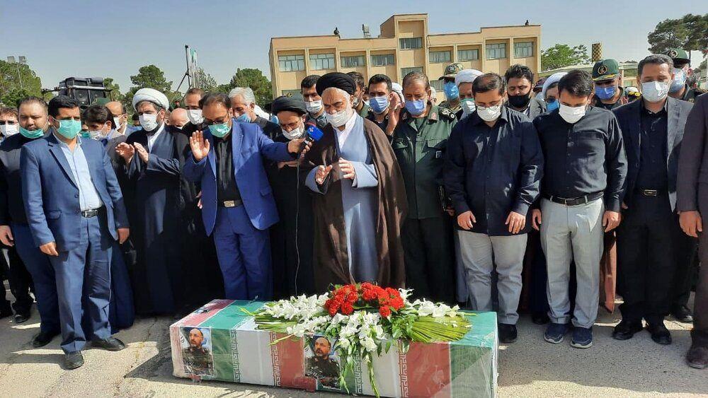 تصویری از اقامه نماز بر پیکر سردار حجازی در اصفهان