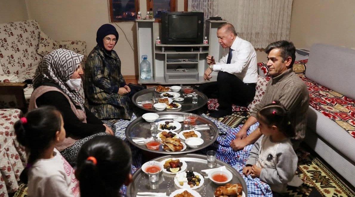 اقدام جالب اردوغان وهمسرش در اولین روز ماه رمضان/ عکس