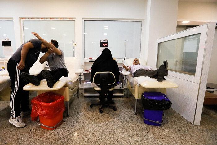 ایرنا - تهران - تصویر نمایی از اهدای خون در شب قدر (شب بیست و یکم ماه مبارک رمضان) در اداره کل خون استان تهران را نشان می دهد.عکاس: امین جلالی *15*17*