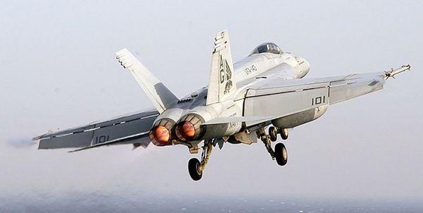 جنگنده اف-۱۸ آمریکا سقوط کرد