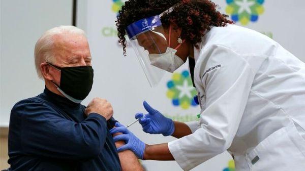 تزریق واکسن کرونا به جو بایدن + عکس