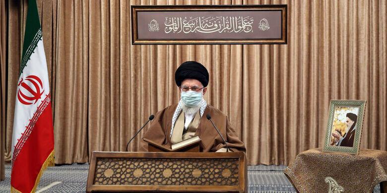 تصویری از رهبر انقلاب در محفل انس با قرآن کریم