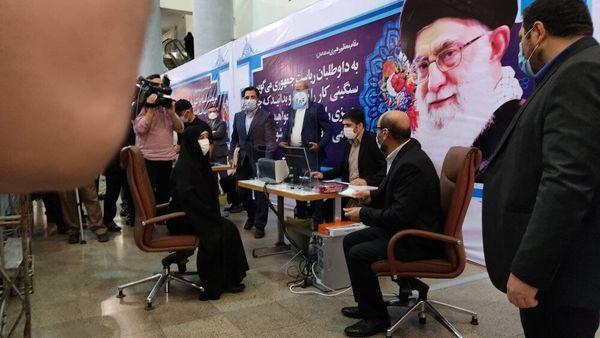 همراهی همسر سردار دهقان با او برای ثبتنام در انتخابات+عکس