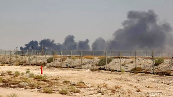 آتش گرفتن پایانه نفتی عربستان بر اثر اصابت موشک