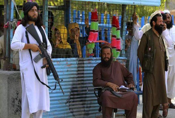 قرار عاشقانه یک جنگجوی طالبان! +عکس
