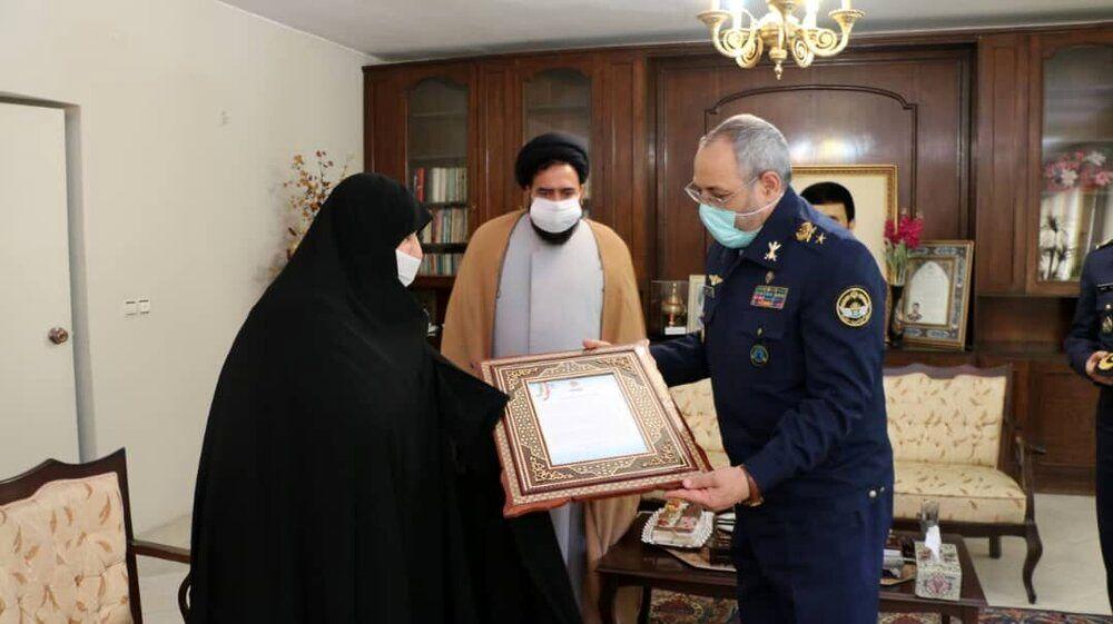 دیدار فرمانده نیروی هوایی ارتش با همسر شهید صیاد شیرازی + عکس