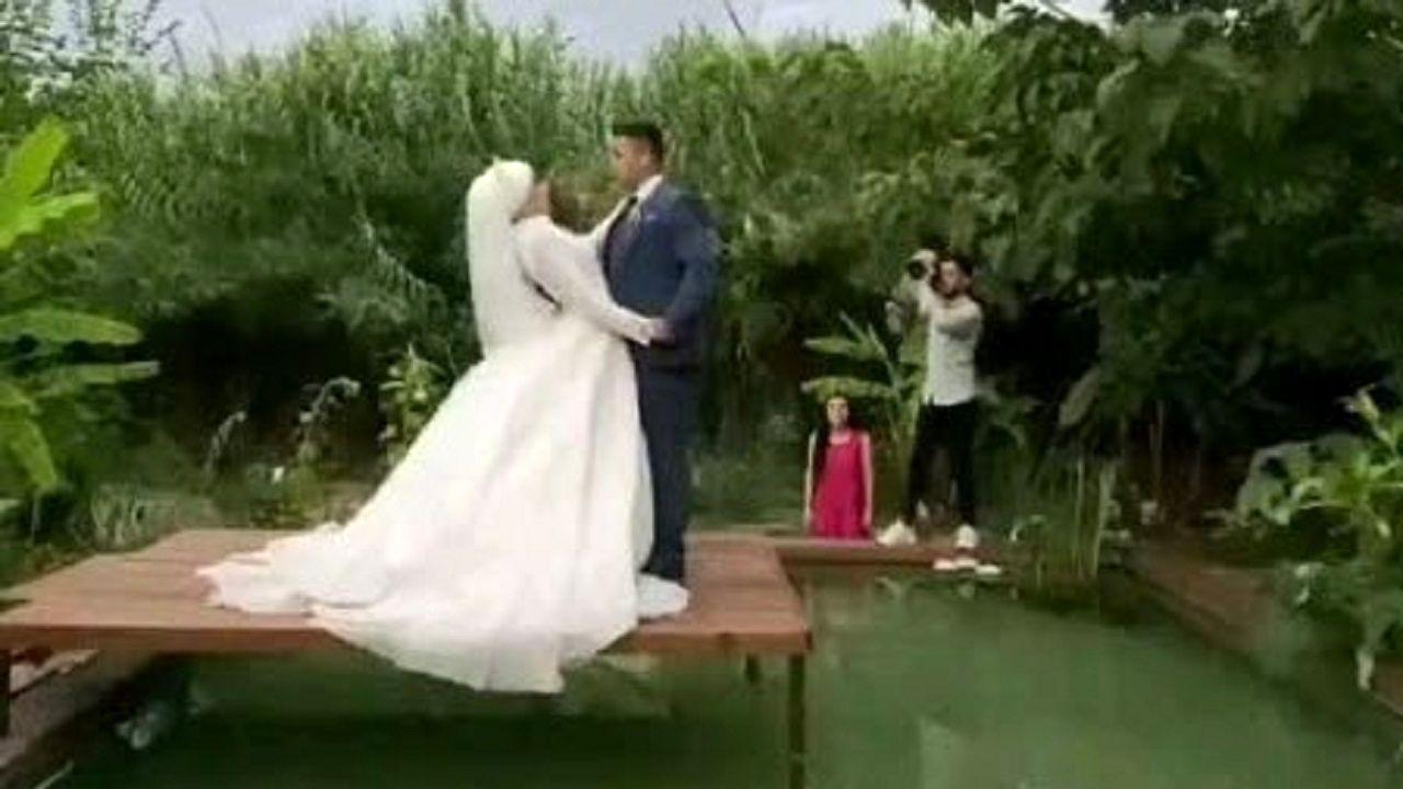 شوخی عجیب و غریب عروس با داماد هنگام عکس برداری