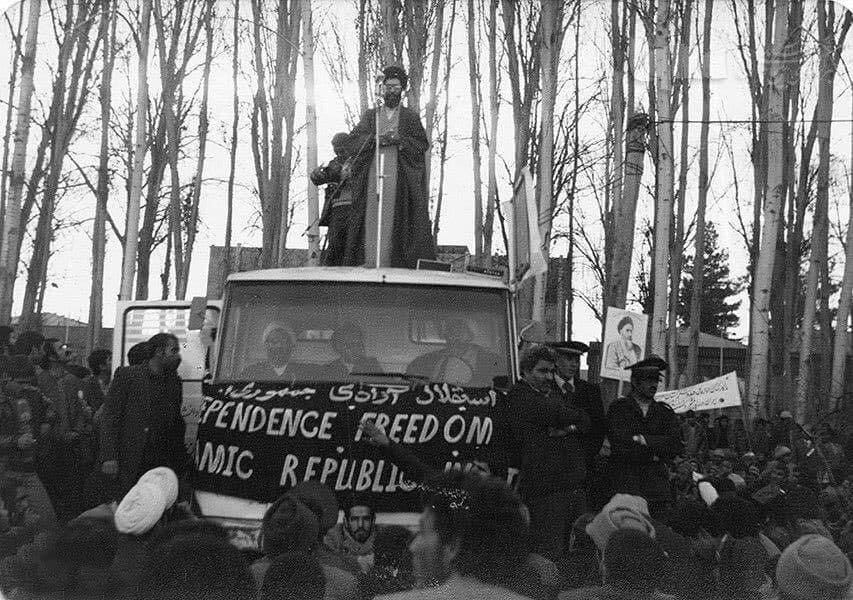 ببینید | تصویر دیده نشده از آیت الله خامنهای در تظاهرات علیه رژیم پهلوی