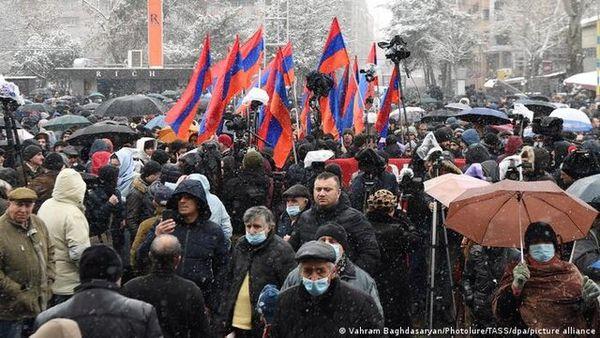 راهپیمایی اعتراضی مخالفان پاشینیان در خیابانهای ایروان