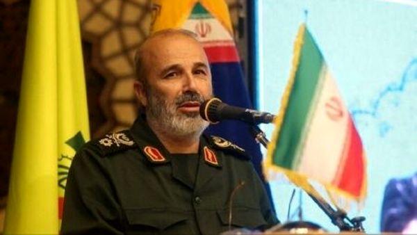 تصویری از جانشین جدید فرمانده نیروی قدس در کنار رهبر انقلاب در سال۸۶