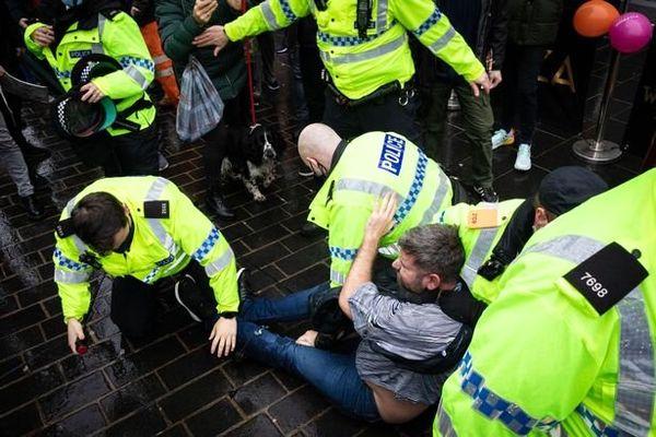 برخورد پلیس با معترضان به محدودیت های کرونایی در انگلیس