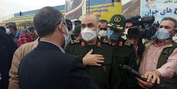 تصویری از فرمانده کل سپاه در شهر زلزلهزده سیسخت