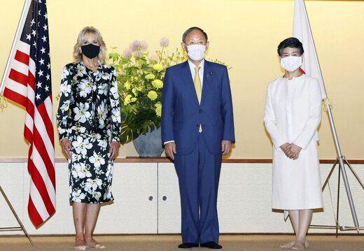 ملاقات جیل و نخست وزیر ژاپن بر اساس رسوم این کشور و بدون کفش برگزار شد.