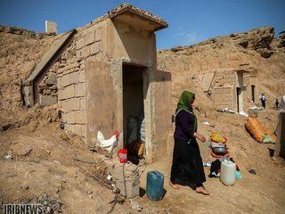 پناه گرفتن سیلزدگان در زاغه مهمات جنگ