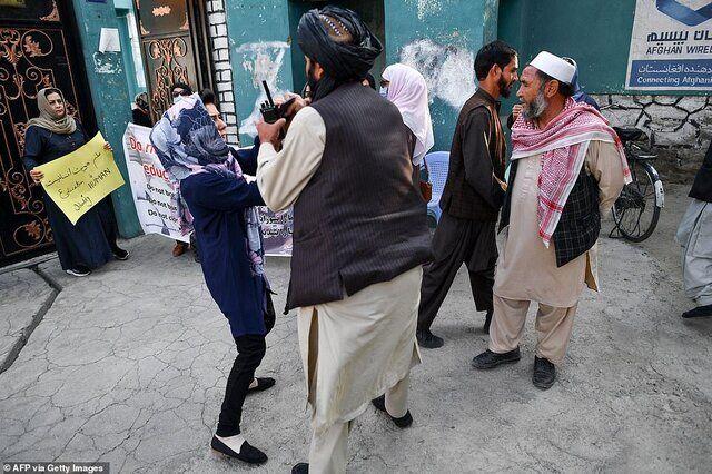 طالبان تجمع زنان را سرکوب کرد/عکس