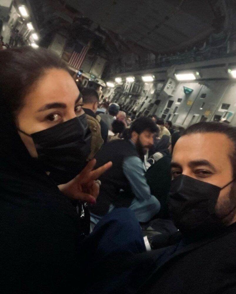 عکس | فرار خواننده زن افغان از دست طالبان با هواپیمای نظامی آمریکایی