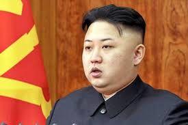 تصویری از رهبر کره شمالی با یونیفرم نظامی و مسلسل