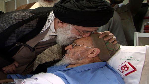 عکسی از بوسه رهبر انقلاب بر پیشانی علامه حسن زاده آملی