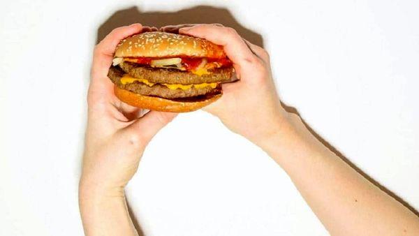 وحشت مشتری از محتویات ساندویچ همبرگر