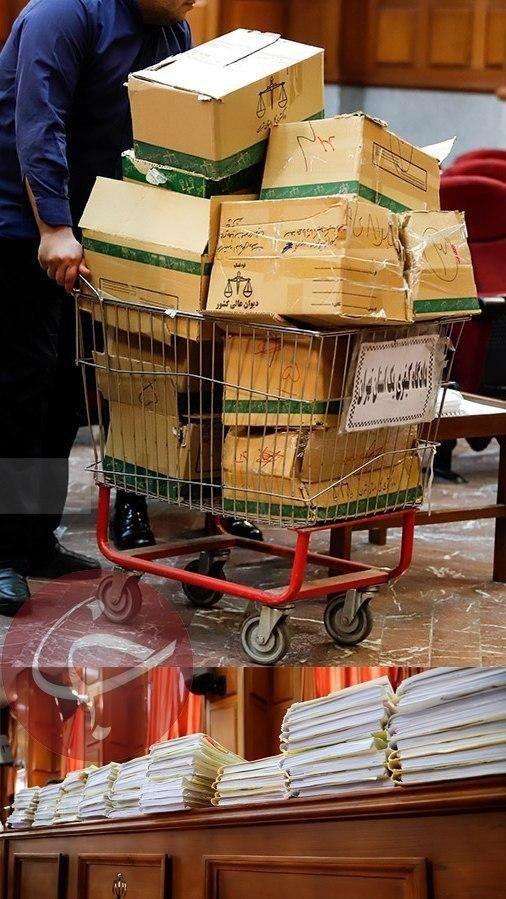 تصویری از حجم پرونده اکبر طبری در دادگاه امروز