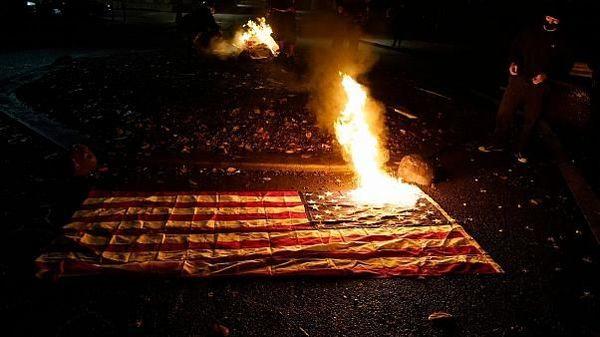 پرچم آمریکا به آتش کشیده شد