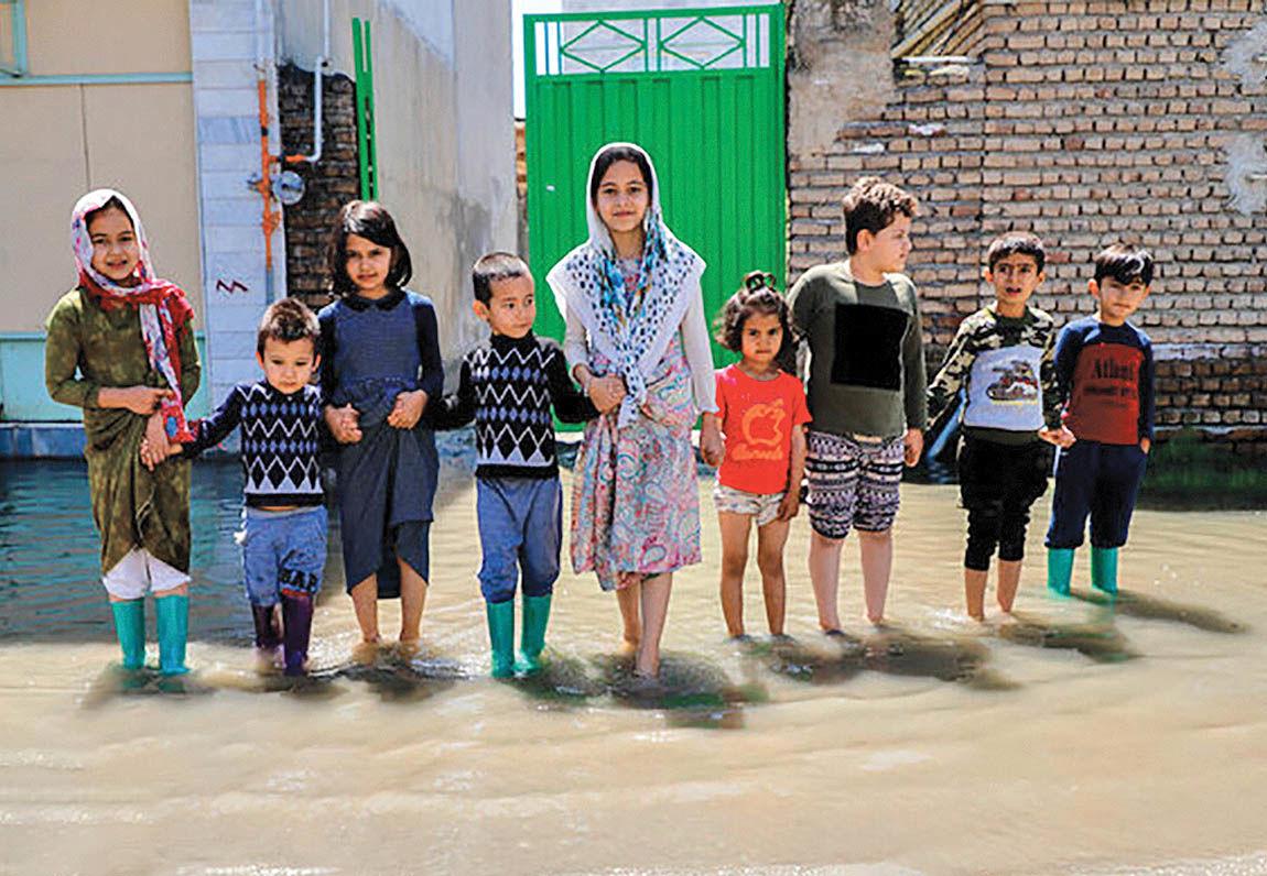 نقاشیهای کودکان سیلزده روی دیوار