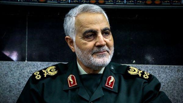 تصویری کمتر دیده شده از شهید سردار سلیمانی در جمع مدافعان حرم