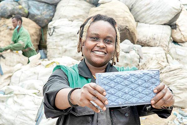«انزمبی مته»: کارآفرینی که از زباله، آجر میسازد