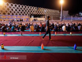 تصاویری از مراسم افطار در میدان امام حسین