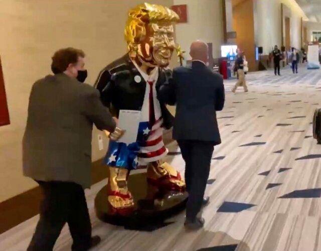 رونمایی از مجسمه طلای ترامپ در کنفرانس سالانه محافظهکاران آمریکا