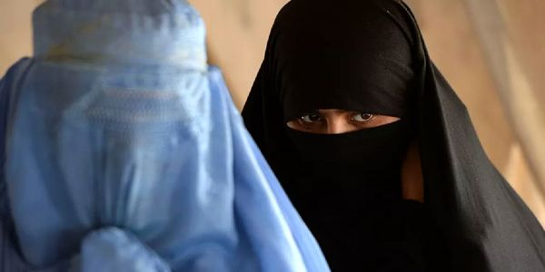 انگلیسی ها برای فرار از طالبان لباس زنانه پوشیدند