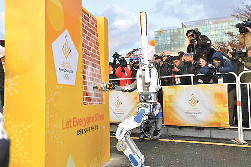 حمل مشعل المپیک زمستانی با روبات انساننما