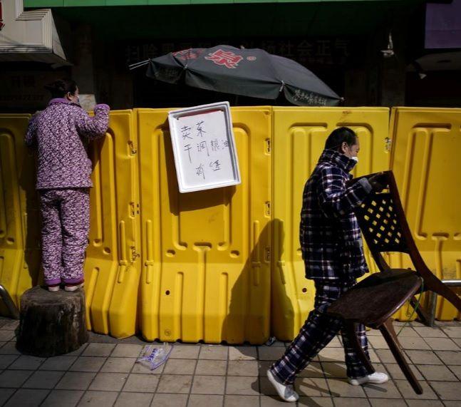 خرید مردم ووهان از روی دیوار