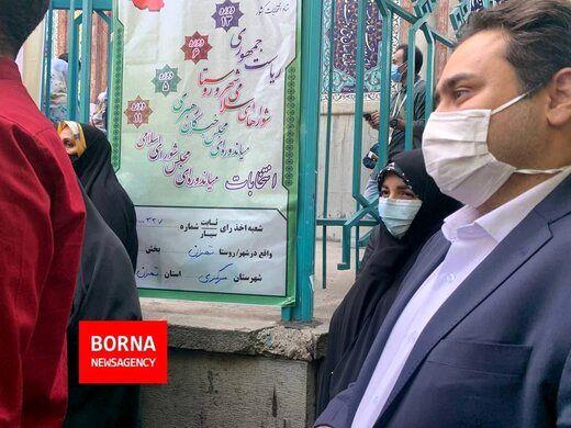 عکسی از دختر و داماد روحانی در صف رأی گیری