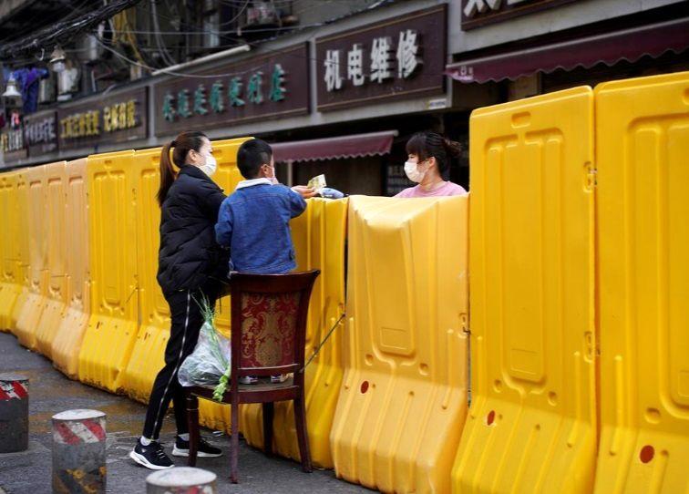 دیوار پلاستیکی برای قرنطینه بهتر در ووهان
