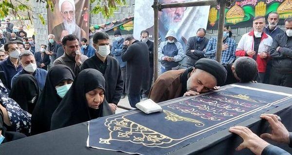 پیکر علامه حسنزاده آملی کنار همسرش آرام گرفت
