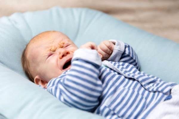 رفتارهایی که هرگز نباید با یک نوزاد انجام داد