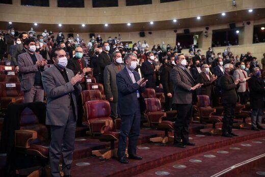 تصویری باشکوه از تشویق انصاریان در جشنواره فیلم فجر